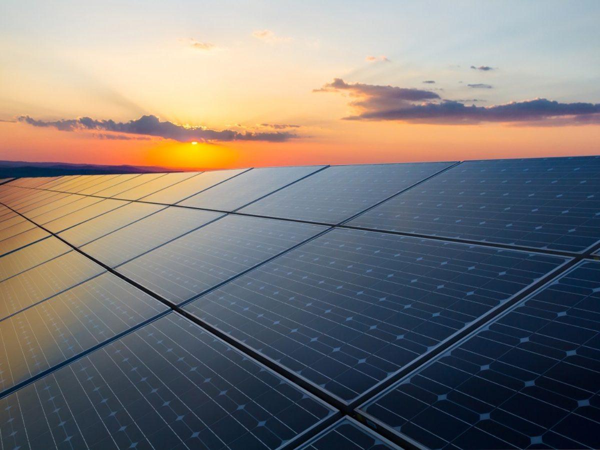 Eine Solaranlage während des Sonneuntergangs